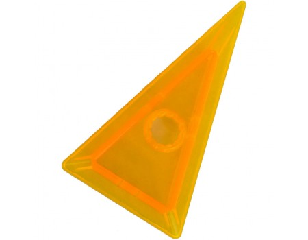 Высокий непрозрачный треугольник c отверстием посередине